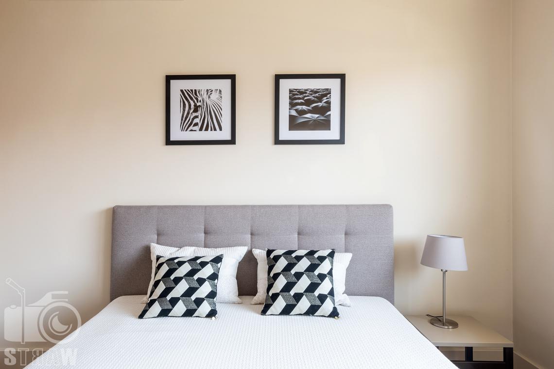 Zdjęcia nieruchomości na wynajem, zdjęcie zagłówka łóżka w sypialni gościnnej.