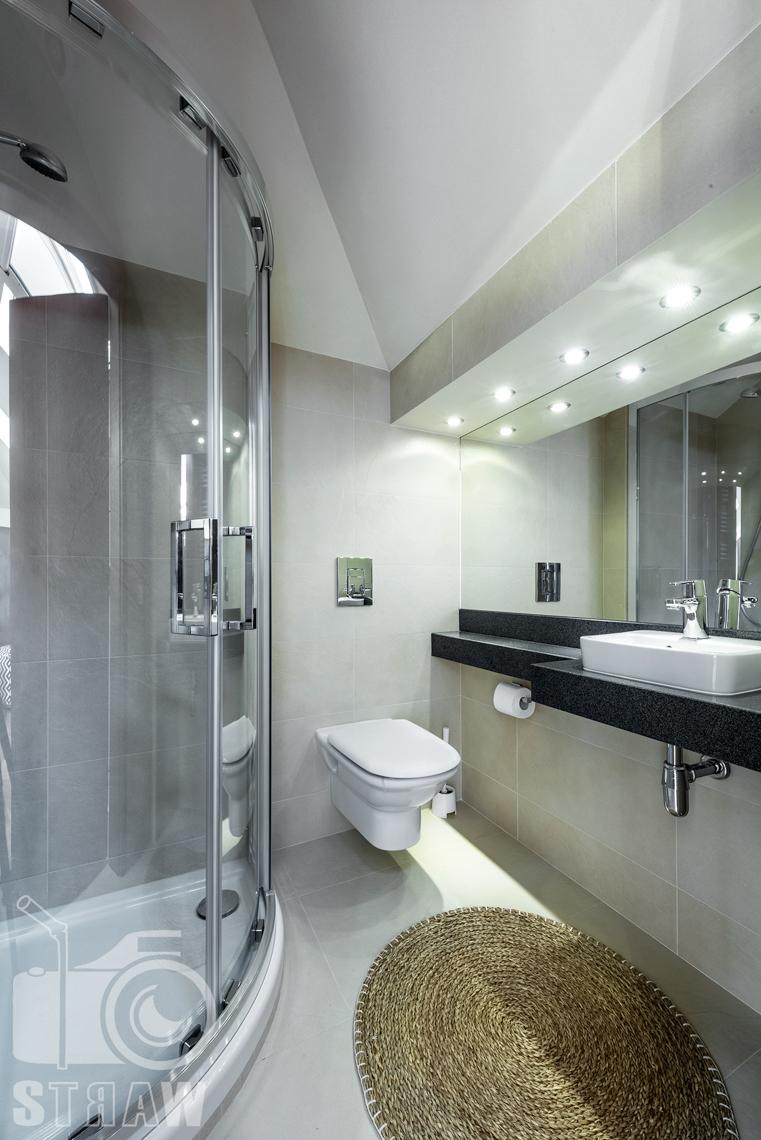 Zdjęcia nieruchomości na wynajem, mała łazienka z prysznicem przylegająca do sauny w strefie relaksu na drugim piętrze domu.