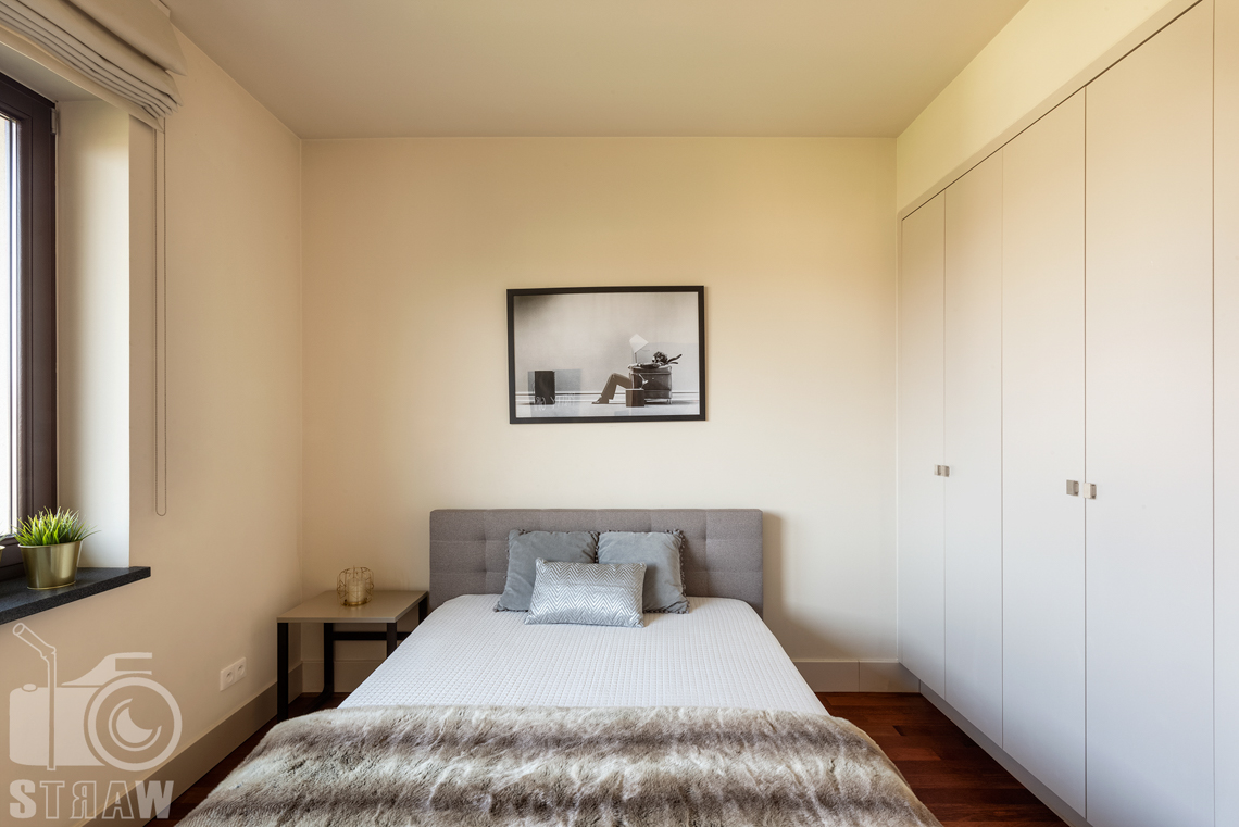 Zdjęcia nieruchomości na wynajem, zdjęcie sypialni gościnnej na piętrze willi na osiedlu Konstancja w Wilanowie.