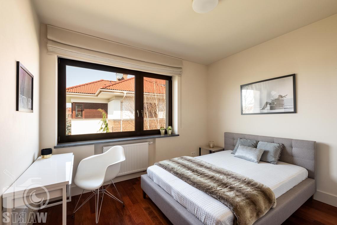 Zdjęcia nieruchomości na wynajem, sypialnia gościnna z dużym łóżkiem i biureczkiem.