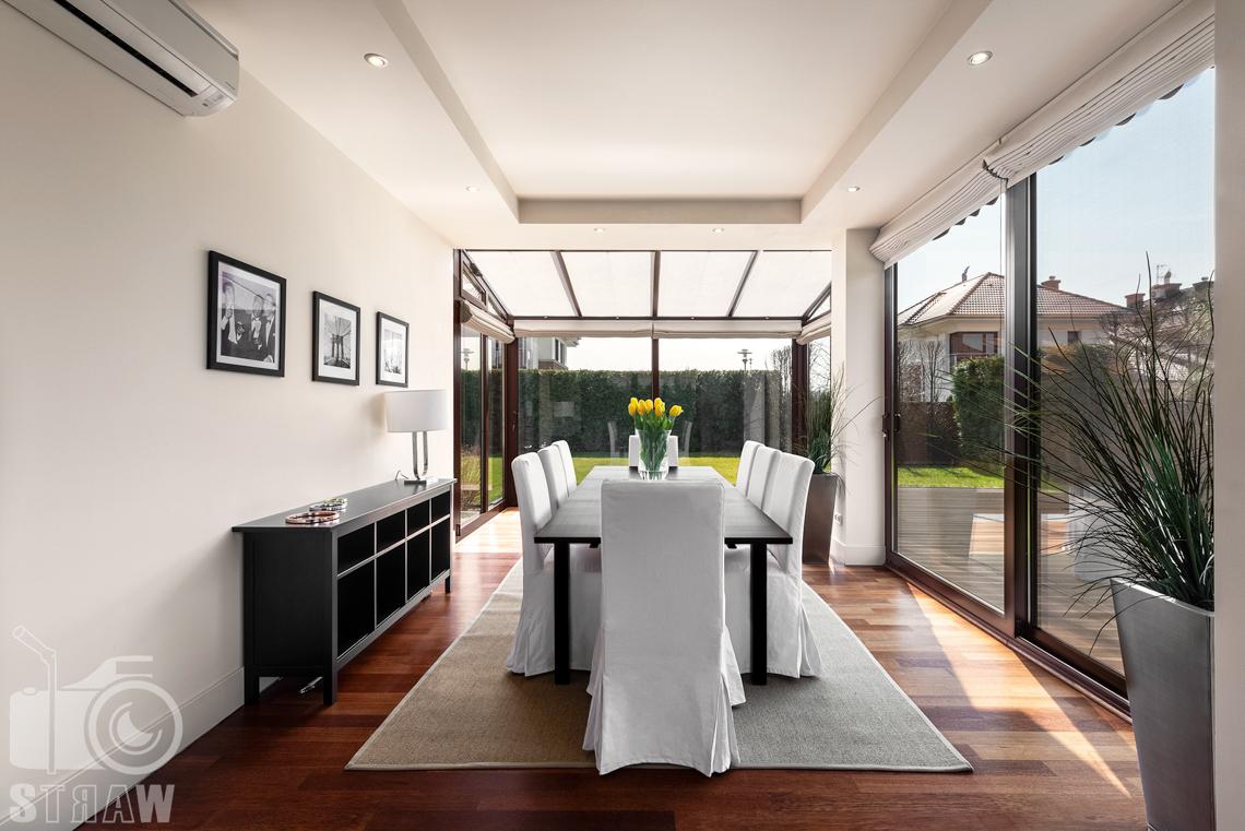Zdjęcia nieruchomości na wynajem, jadalnia z dużymi oknami wychodzącymi na ogród.
