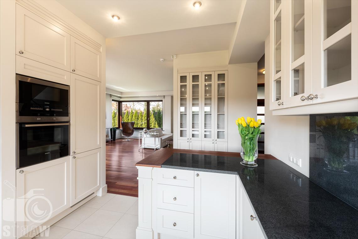 Zdjęcia nieruchomości na wynajem, zdjęcie wnętrza z kuchni w stronę salonu.