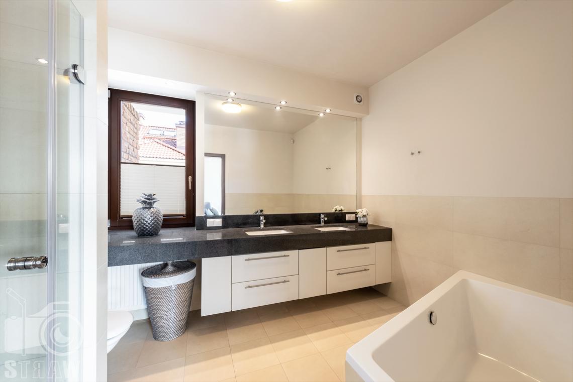 Zdjęcia nieruchomości na wynajem, łazienka przynależna do sypialni głównej.