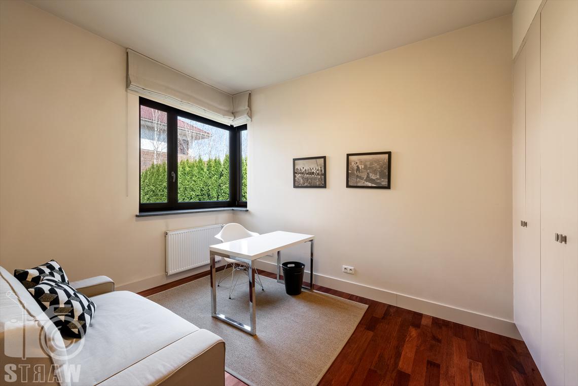 Zdjęcia nieruchomości na wynajem, gabinet położony na parterze domu.
