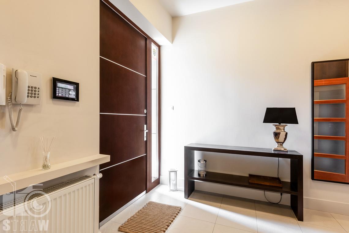 Zdjęcia nieruchomości na wynajem, hol i drzwi wyjściowe.
