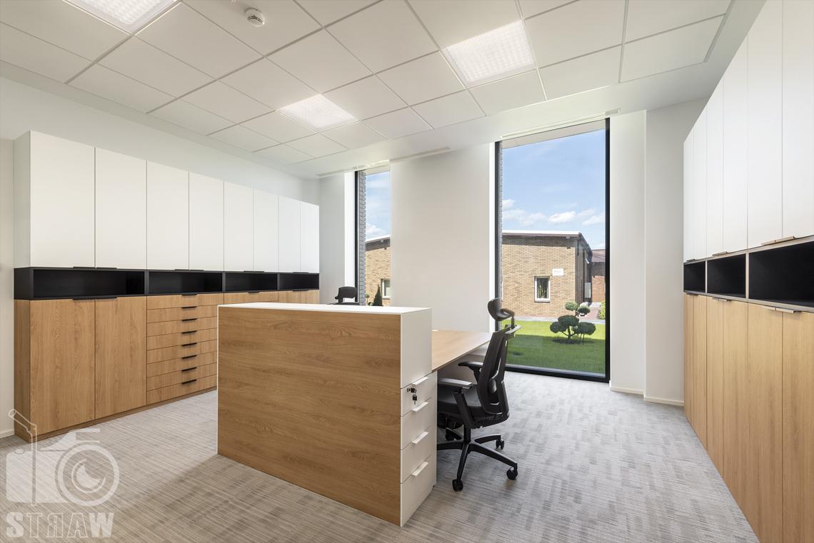Sesja fotograficzna dla biura projektowego, zdjęcia wnętrz komercyjnych dla biur projektowych, salka, pokój dla pracowników, biurka, fotele, szafki.