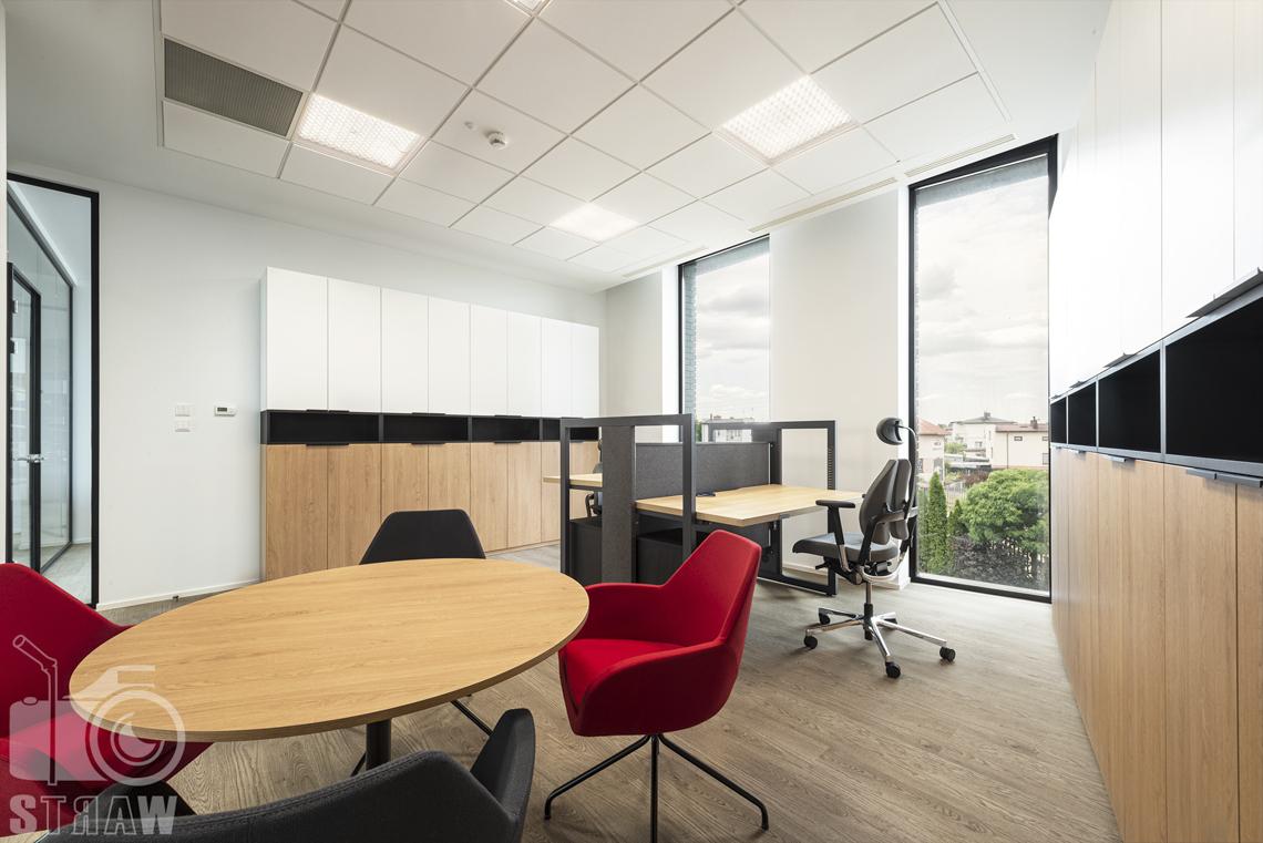 Sesja fotograficzna biura, zdjęcia wnętrz komercyjnych, pokój dla pracowników i miejsce spotkań.