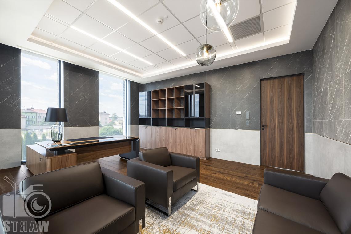 Sesja fotograficzna dla biura projektowego, zdjęcia wnętrz komercyjnych, gabinet prezesa, fotele, biurko, szafki.