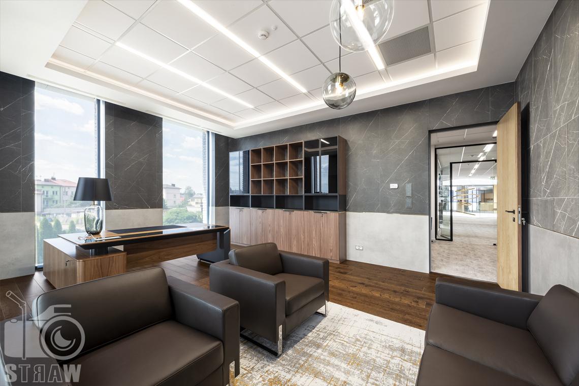 Sesja fotograficzna biura, zdjęcia wnętrz komercyjnych, gabinet dyrektorski i wyjście do sekretariatu, widok na hol.