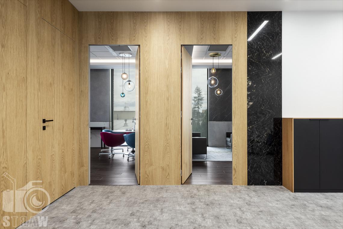 Sesja fotograficzna dla biura projektowego, zdjęcia wnętrz komercyjnych, widok na gabinety dyrektorskie z sekretariatu.