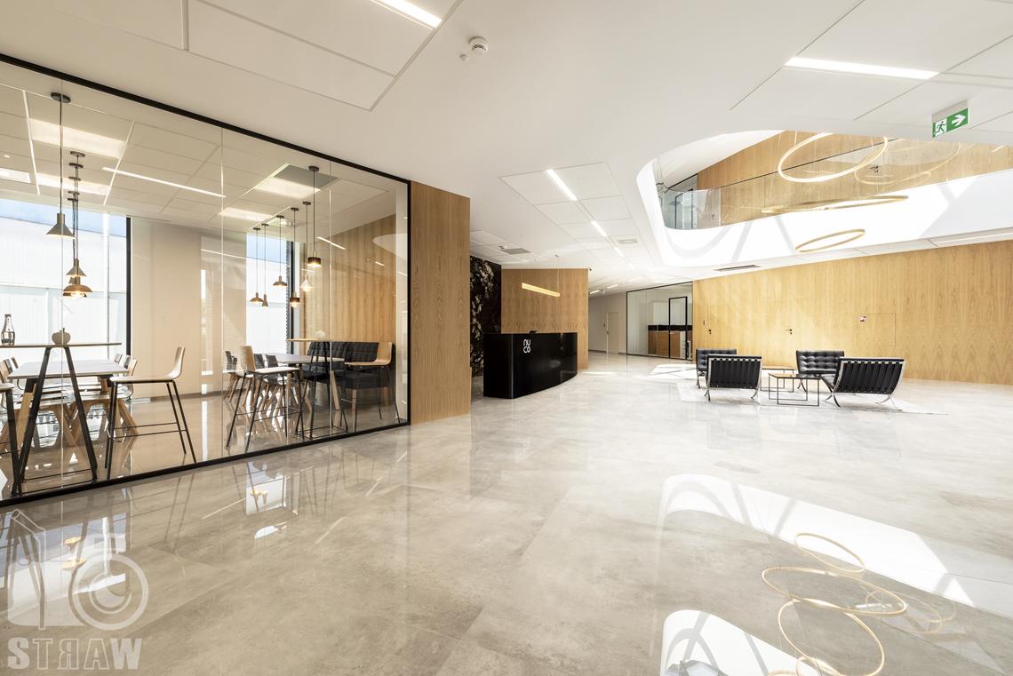 Sesja fotograficzna biura, zdjęcia wnętrz komercyjnych, widok na hol, recepcję i kantynę w firmie nuco.