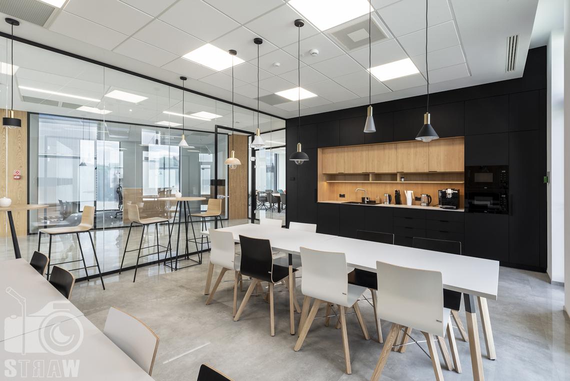 Sesja fotograficzna biura, zdjęcia wnętrz komercyjnych, kantyna biurowa, stoły, krzesła i zabudowa kuchenna.