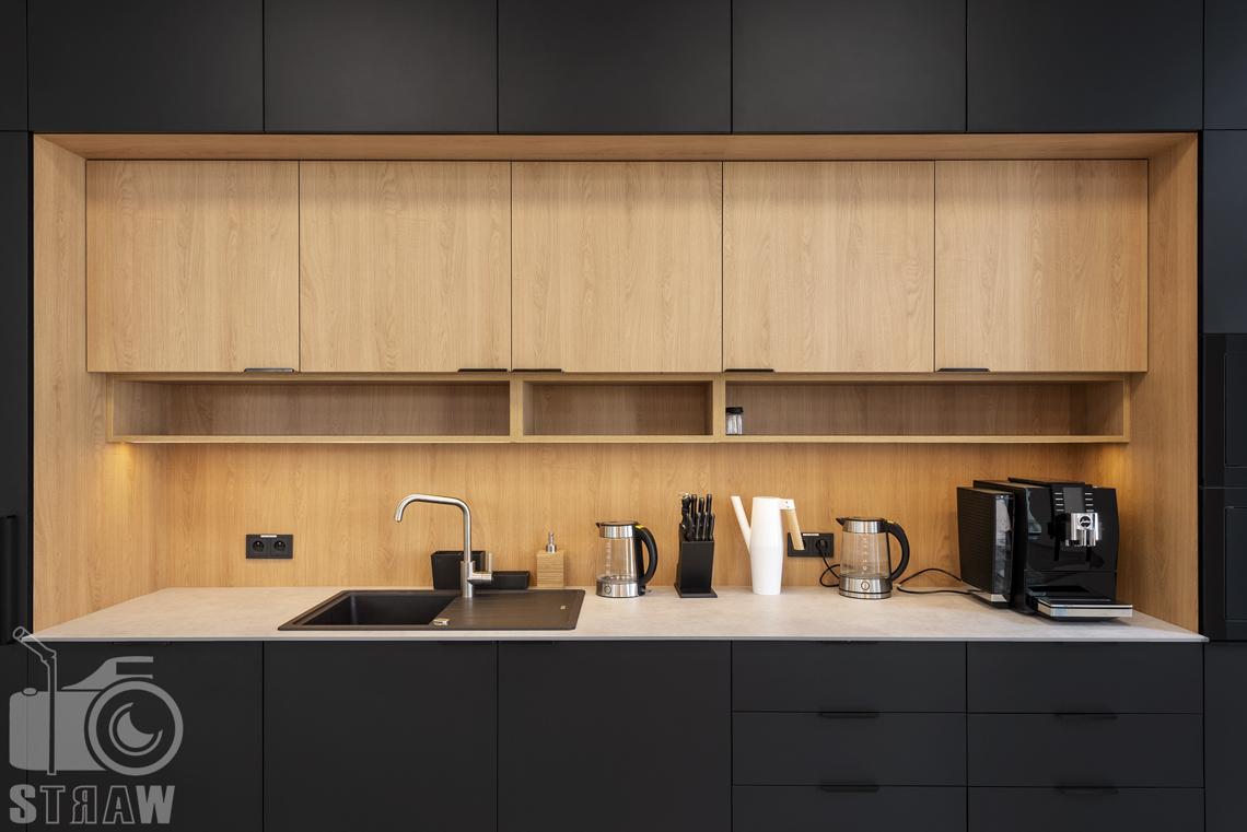 Sesja fotograficzna biura, zdjęcia wnętrz komercyjnych, kantyna w firmie nuco, na zdjęciu zabudowa kuchenna z wyposażeniem.