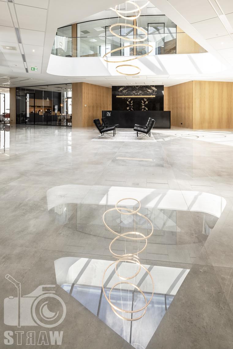 Sesja fotograficzna biura dla biura projektowego, zdjęcia wnętrz komercyjnych, hol reprezentacyjny firmy nuco, marmur, recepcja, fotele, kantyna.