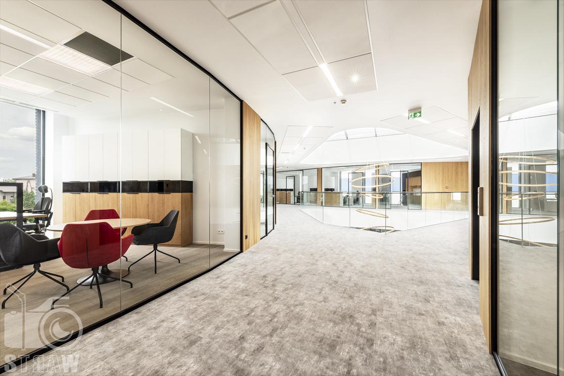 Sesja fotograficzna biura, zdjęcia wnętrz komercyjnych, fotografia dla biura projektowego, hol na piętrze i przeszklone salki konferencyjne.