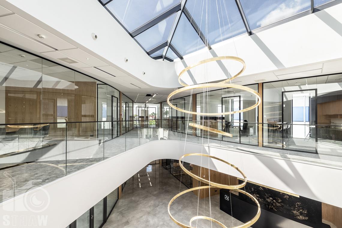 Sesja fotograficzna biura, zdjęcia wnętrz komercyjnych dla biur projektowych, wisząca lampa w holu nuco.