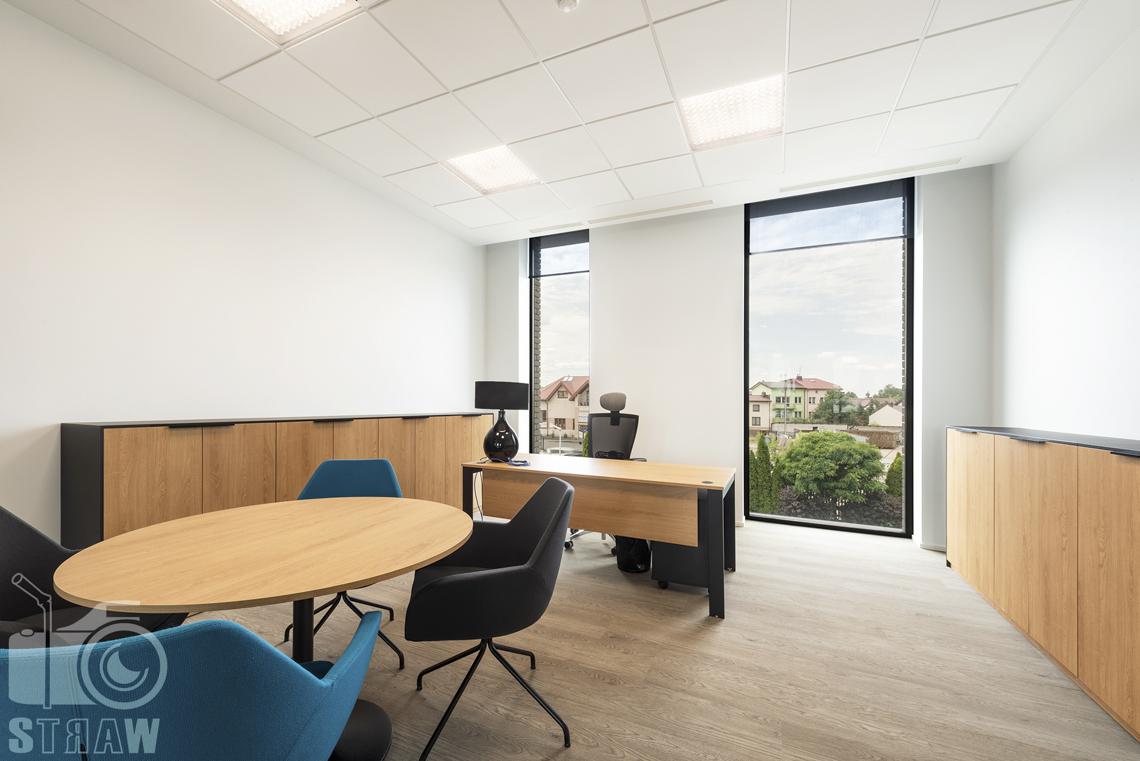 Sesja fotograficzna biura dla biura projektowego, zdjęcia wnętrz komercyjnych, gabinet kierowniczy z biurkiem i stolikiem.