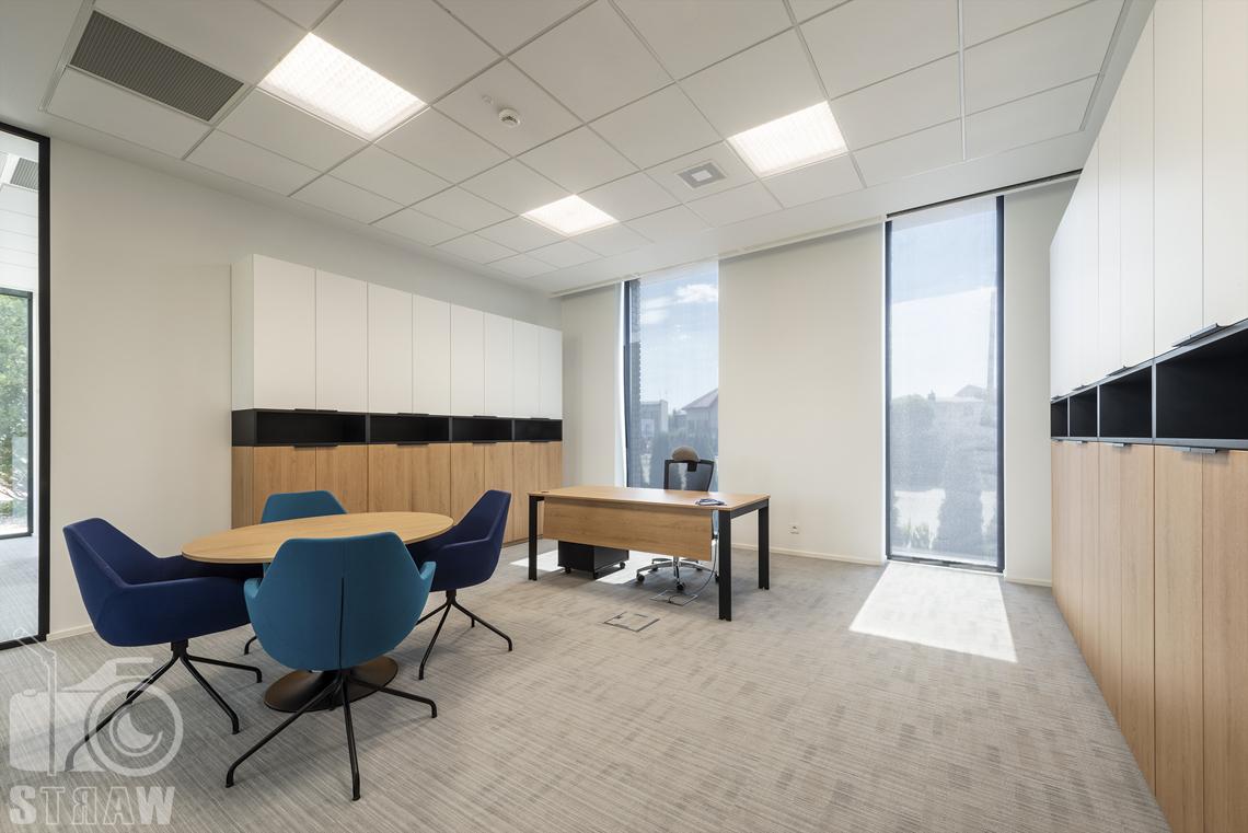 Sesja fotograficzna biura, zdjęcia wnętrz komercyjnych, gabinet z biurkiem i stolikiem konferencyjnym.