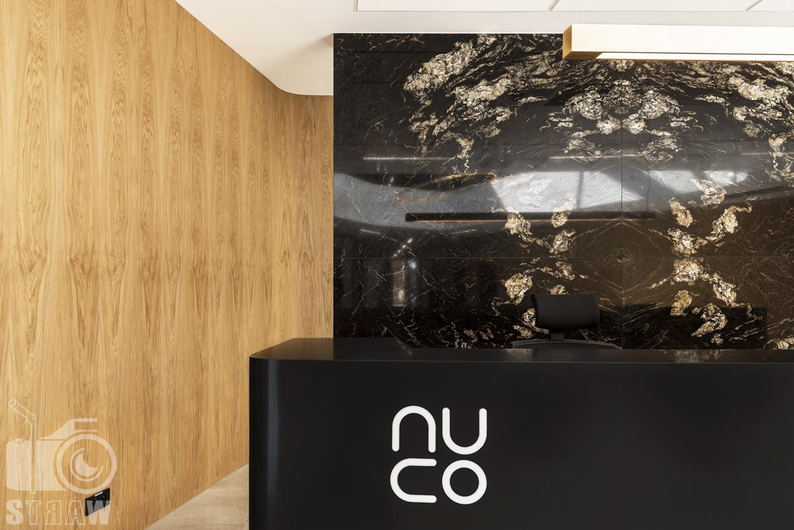Sesja fotograficzna biura, zdjęcia wnętrz komercyjnych dla biura projektowego, detale przy recepcji, logo nuco.