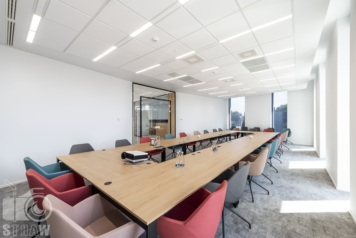 Sesja fotograficzna dla biura projektowego, zdjęcia wnętrz komercyjnych, duża sala konferencyjna z projektorem.
