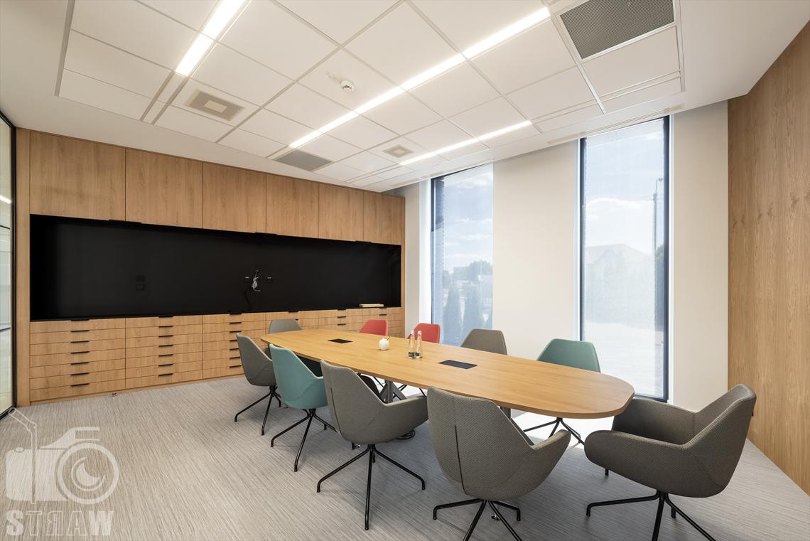 Sesja fotograficzna dla biura projektowego, zdjęcia wnętrz komercyjnych, zdjęcia biura, sala konferencyjna, stół owalny i fotele.