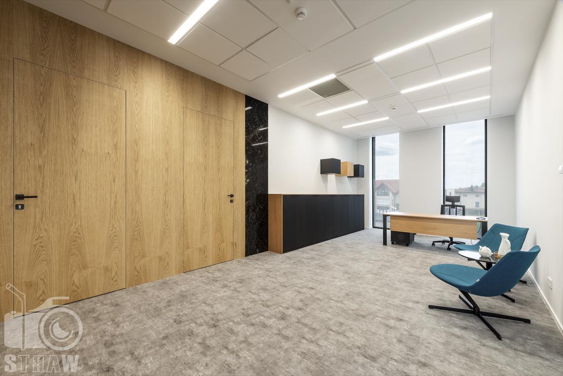 Sesja fotograficzna biura dla biura projektowego, zdjęcia wnętrz komercyjnych, sekretariat i wejścia do gabinetów.
