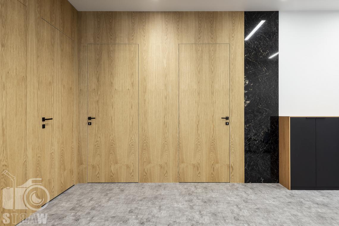Sesja fotograficzna dla biura projektowego, zdjęcia wnętrz komercyjnych, sekretariat wejścia do gabinetów i łazienki.