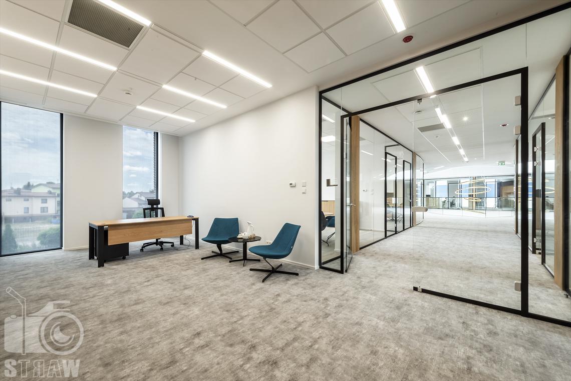 Sesja fotograficzna biura, zdjęcia wnętrz dla biur projektowych, sekretariat fotele i biurko, korytarz.