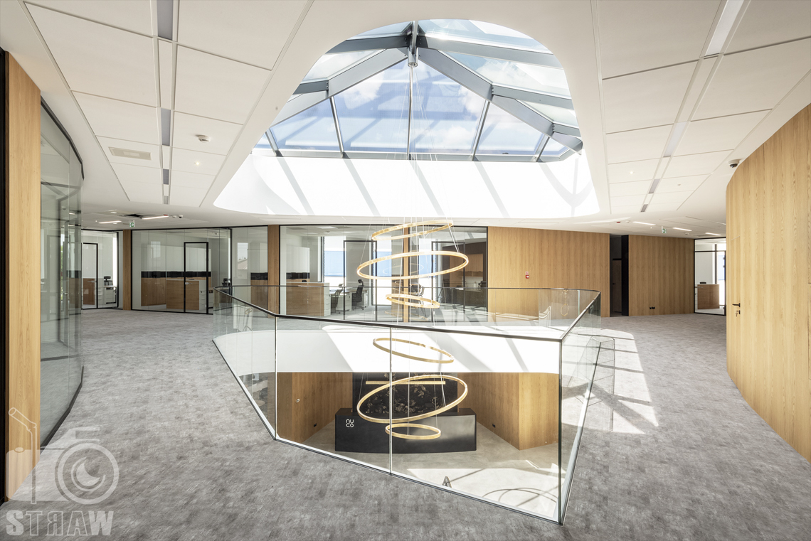 Sesja fotograficzna biura, zdjęcia wnętrz komercyjnych, biuro firmy kosmetycznej nuco, zaprojektowane przez biuro projektowe, lampa na pierwszym piętrze i parterze.