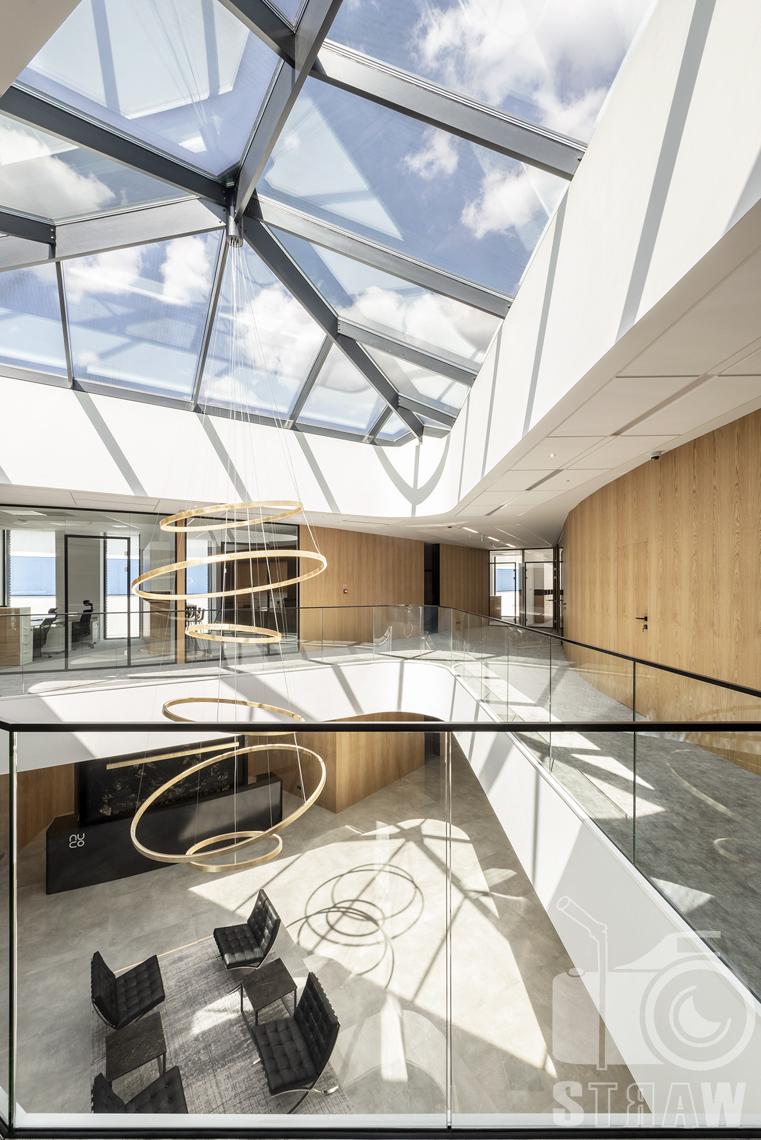 Sesja fotograficzna biura, zdjęcia wnętrz komercyjnych, biuro nuco, lampa na dwóch piętrach.