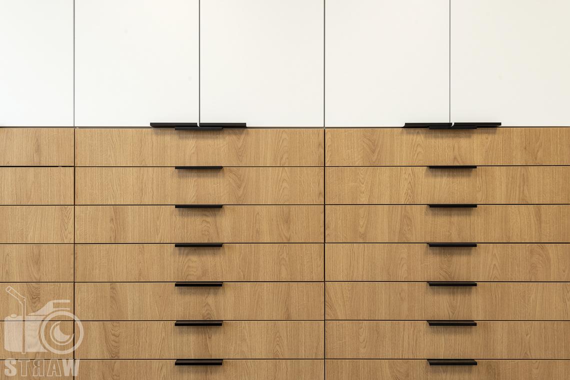 Sesja fotograficzna biura, zdjęcia wnętrz komercyjnych, szafki w pokoju.