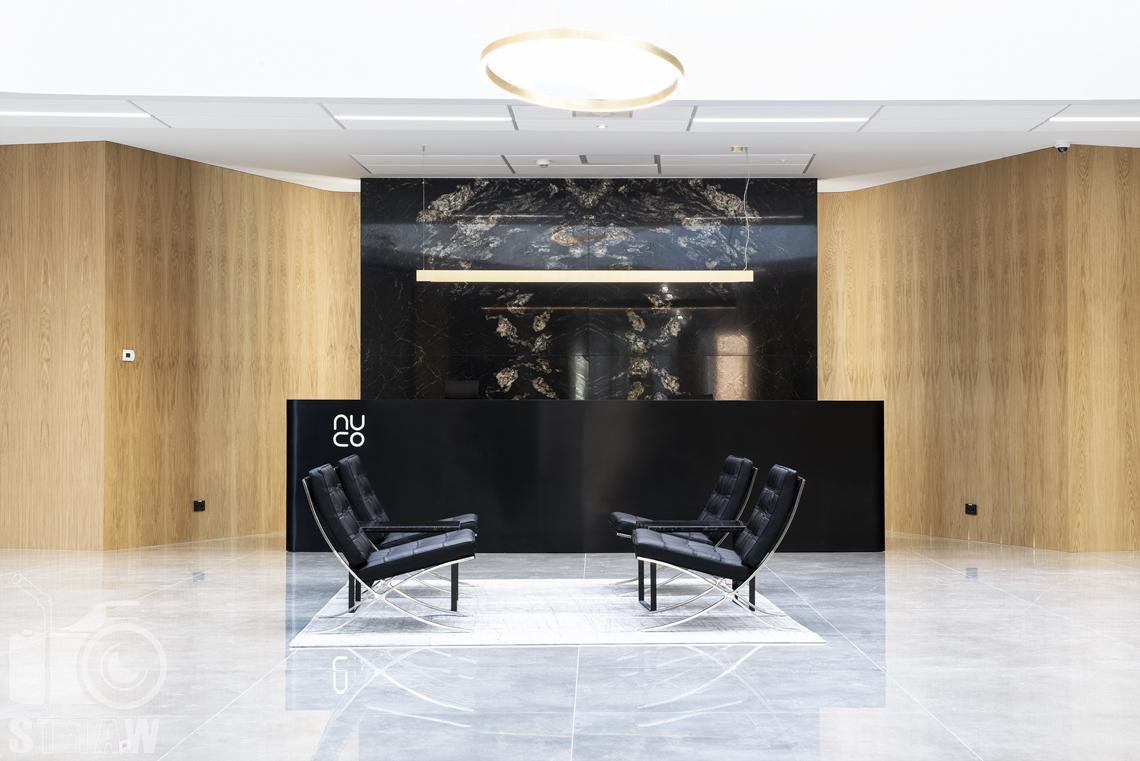 Sesja fotograficzna biura, zdjęcia wnętrz komercyjnych, biuro Nuco, fotele i recepcja.