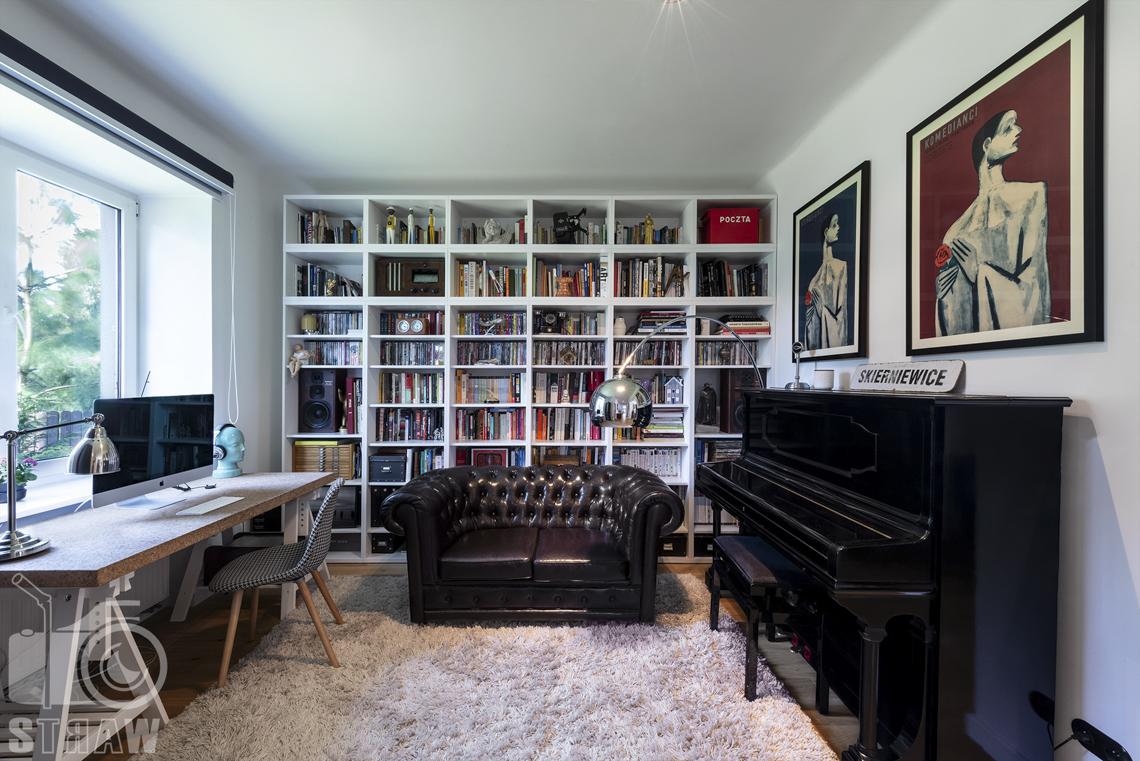 Zdjęcia nieruchomości na sprzedaż, gabinet z sofą, biurkiem i pianinem.