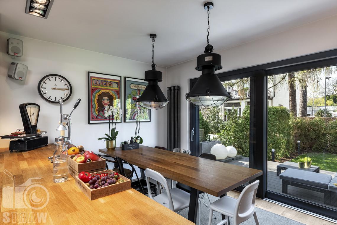 Zdjęcia nieruchomości na sprzedaż, kuchnia z jadalnią, waga jak za PRL, owoce na blacie, widok na ogród.