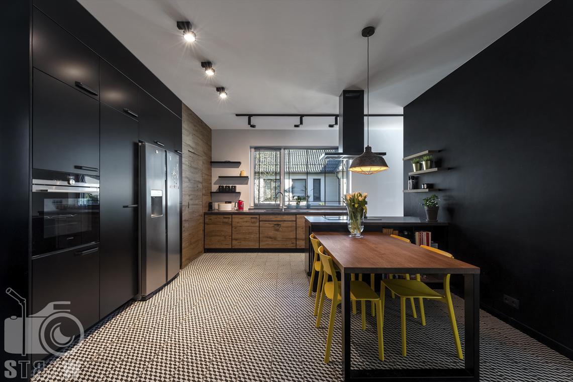 Fotografia wnętrz mieszkania na sprzedaż w warszawskim Wilanowie, zdjęcie kuchni z jadalnią, z mozaiką na podłodze.