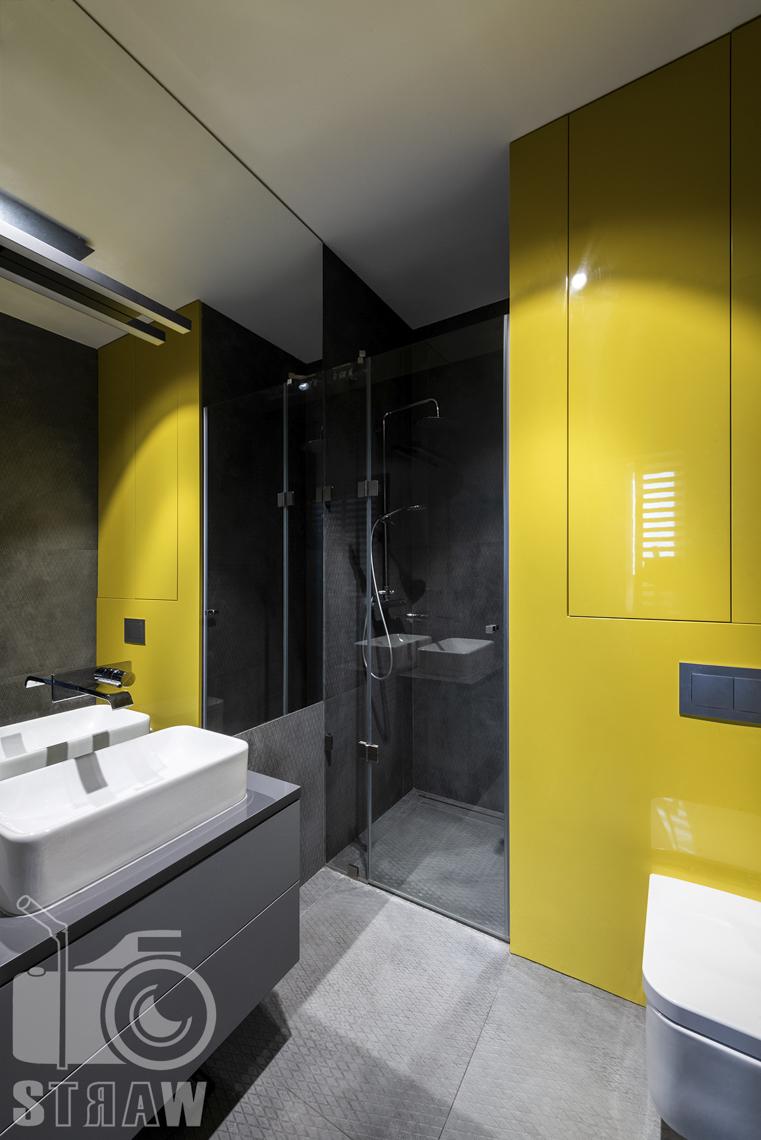 Fotografia wnętrz mieszkania na sprzedaż w warszawskim Wilanowie, zdjęcie łazienki z prysznicem.