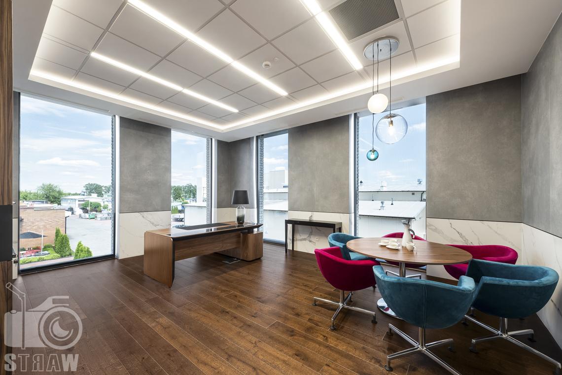 Sesja fotograficzna biura, zdjęcia wnętrz komercyjnych, gabinet pani prezes, fotele, stół i biurko.