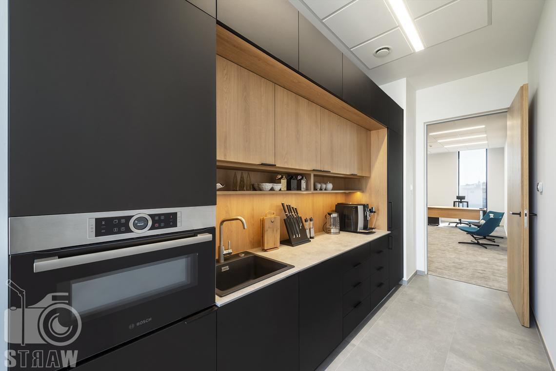 Sesja fotograficzna biura, zdjęcia wnętrz komercyjnych, kuchnia przy sekretariacie w pełni wyposażona.