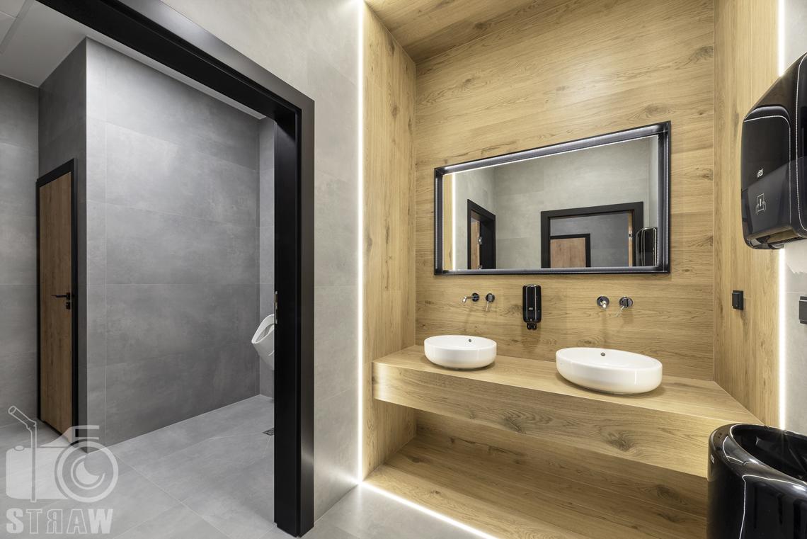 Sesja fotograficzna biura, zdjęcia wnętrz komercyjnych, łazienka i toaleta męska w biurze firmy nuco.