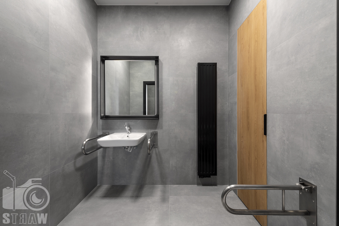Sesja fotograficzna biura, zdjęcia wnętrz komercyjnych, łazienka dla niepełnosprawnych w biurze firmy nuco.
