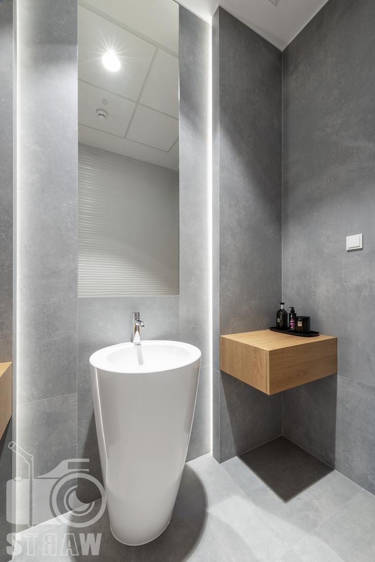 Sesja fotograficzna biura, zdjęcia wnętrz komercyjnych, umywalka w łazience przylegającej do sekretariatu i gabinetów prezesów.