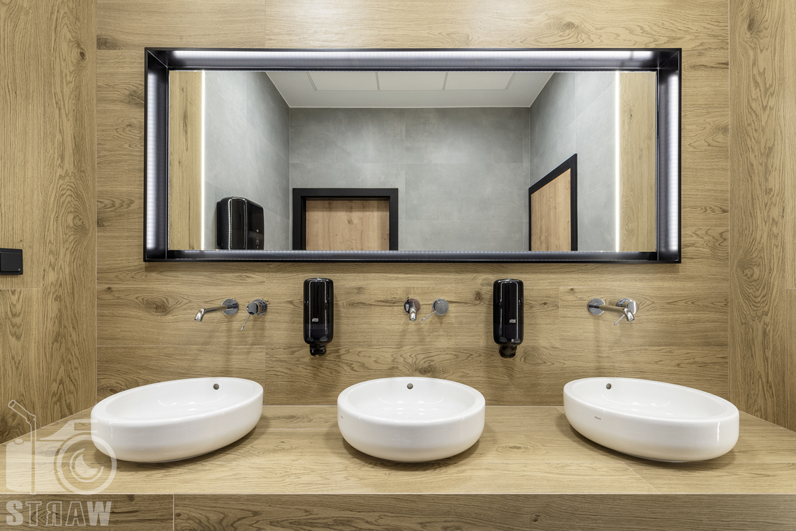 Sesja fotograficzna biura, zdjęcia wnętrz komercyjnych, umywalki w łazience pracowniczej.