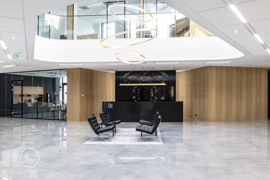 Sesje fotograficzna dla biur projektowych, zdjęcia wnętrz komercyjnych, wejście i hol w firmie nuco, reprezentatywna recepcja, kantyna.