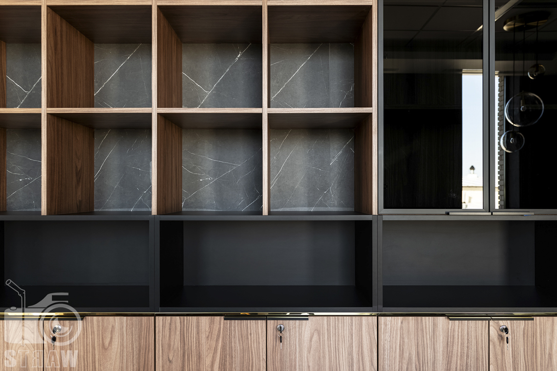 Sesja fotograficzna biura, zdjęcia wnętrz komercyjnych, szafki w gabinecie dyrektorskim.