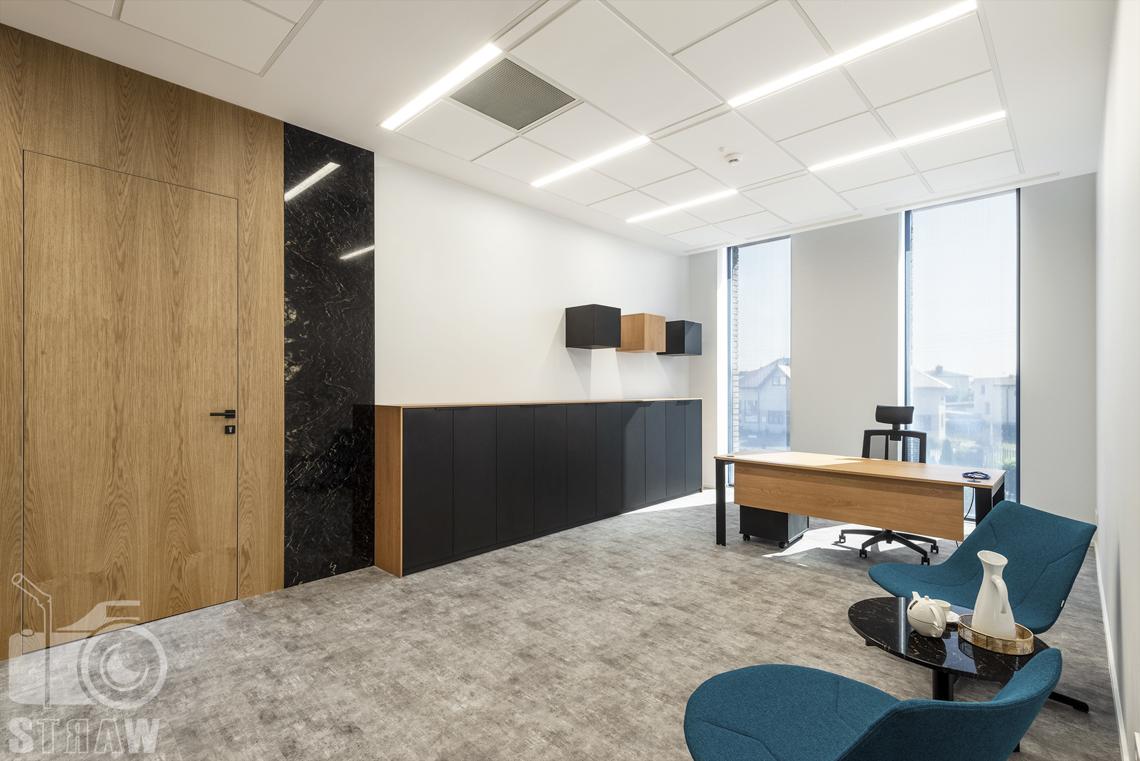 Sesja fotograficzna biura, zdjęcia wnętrz komercyjnych, sekretariat, fotel, biurko, szafki, stolik.