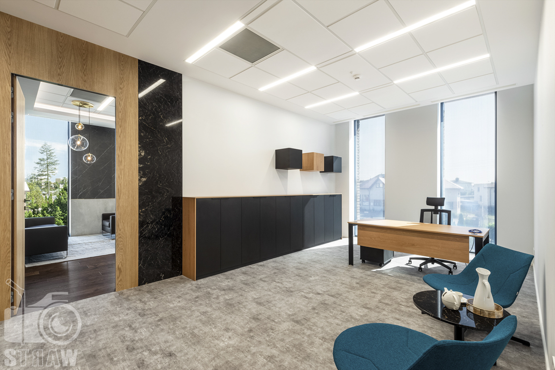 Sesja fotograficzna biura, zdjęcia wnętrz komercyjnych, sekretariat w firmie nuco i otwarte wejście do gabinetu prezesa.
