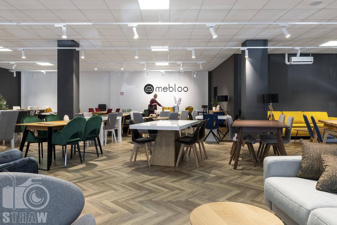 Fotografia wnętrz komercyjnych, zdjęcia showroomu meblowego Mebloo w Łodzi, na zdjęciu stoły i krzesła.