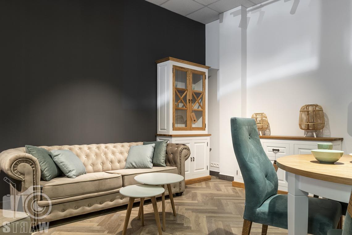 Fotografia wnętrz komercyjnych, zdjęcia showroomu meblowego, na zdjęciu pikowana sofa i komplet