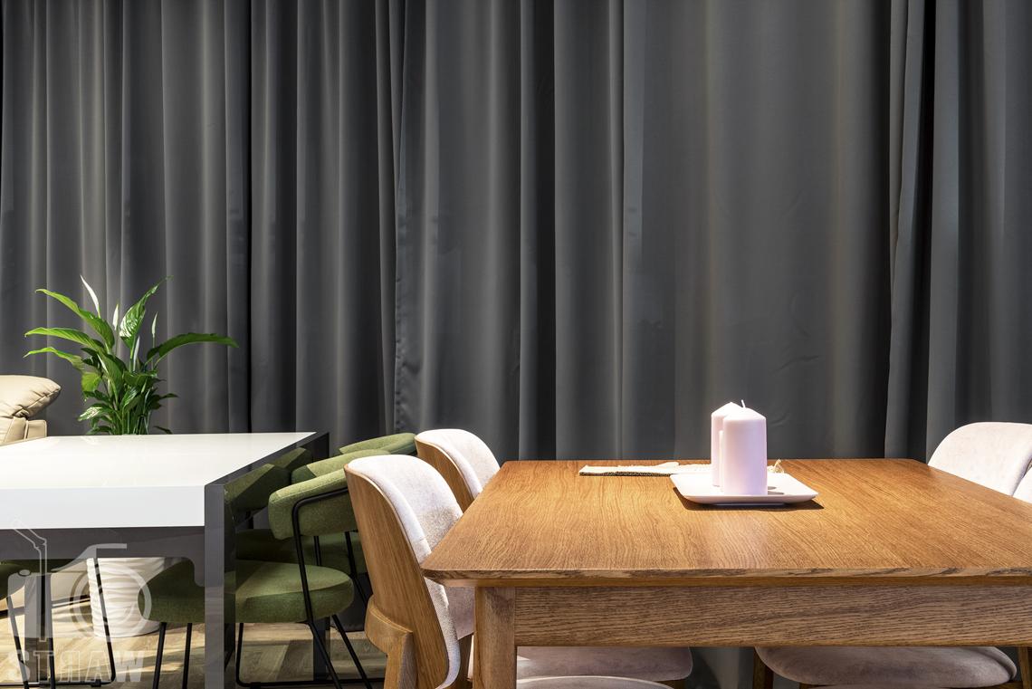 Fotografia wnętrz komercyjnych, zdjęcia showroomu meblowego, na zdjęciu komplet stół i krzesła drewniane.