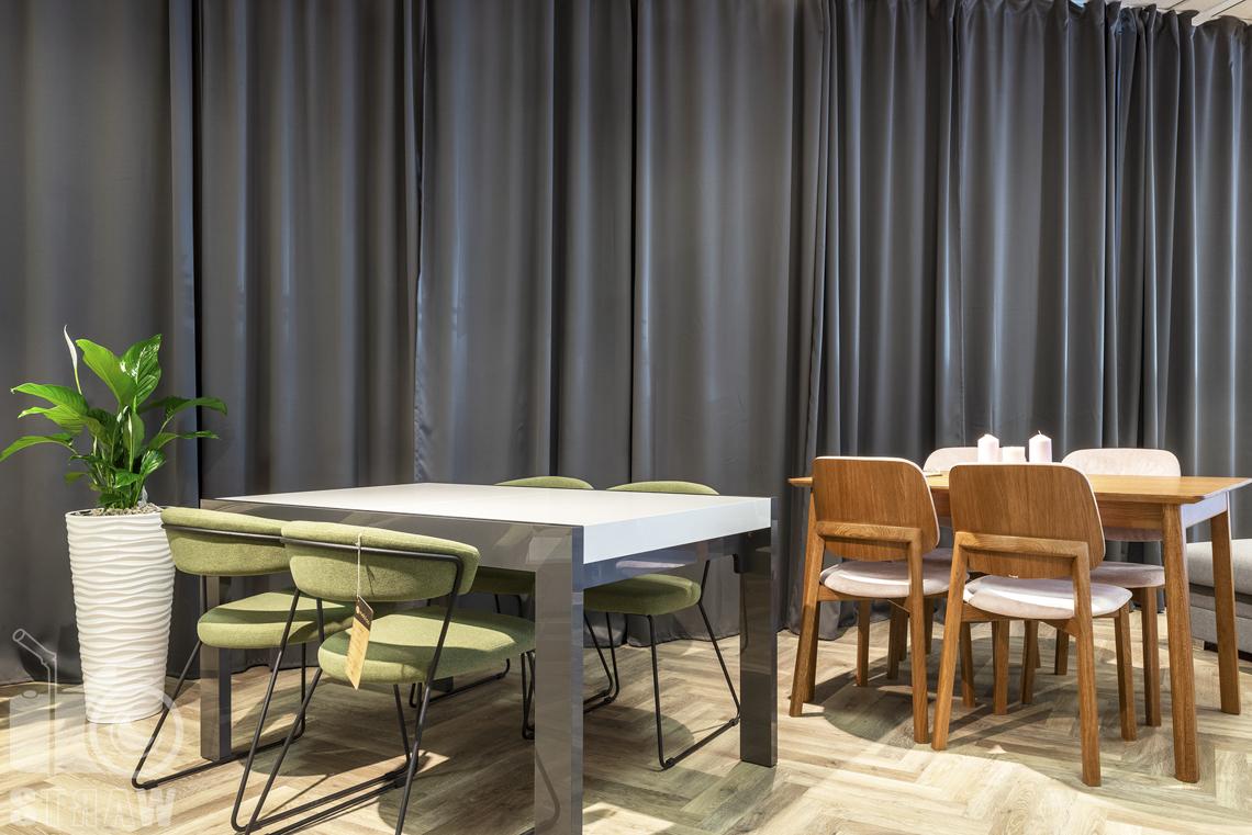 Fotografia wnętrz komercyjnych, zdjęcia sklepu meblowego, stół z kompozytu i stół drewniany.
